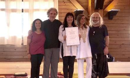 Fotos de la entrega de títulos a las nuevas profesoras de Yoga y Yogaterapia.