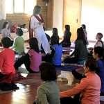Fotos de la sesión de yoga durante la Jornada de Puertas Abiertas