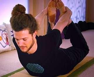 VIDEO Pinceladas de yoga con sus beneficios corporales: Dhanurasana, Naukasana y Supta Garbhasana
