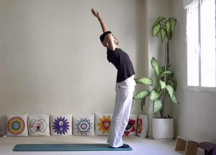 Pinceladas de yoga: Saludo al sol avanzado (Surya namaskar)